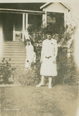 Women in front of the Hall house, 1144 Loenholm Road, 1927