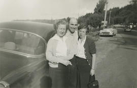 Dallas Neil and Leslie and Emily Agnes Underwood beside car