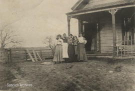 Amy Ritchie, George, Jean, Irene and Marguerite McMorran in front of cottage on McRae's Hill, 1901