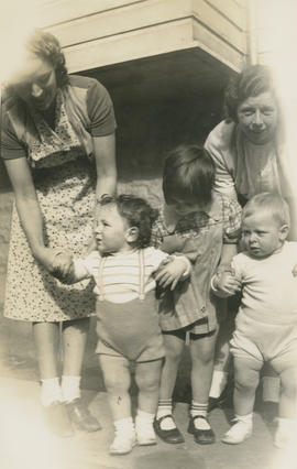 Helen Wright and Emily Agnes Underwood with their sons Fred Wright and Leslie G. Underwood
